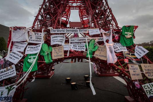 La tour Eiffel de la COP21 avec apres une manifestation