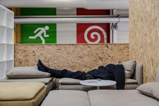 Une des salles ou les délégués, journalistes et observateurs peuvent se reposer pendant la journée