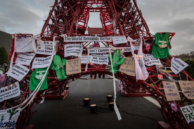 La tour Eiffel de la COP21 après une manifestation le 10 décembre.