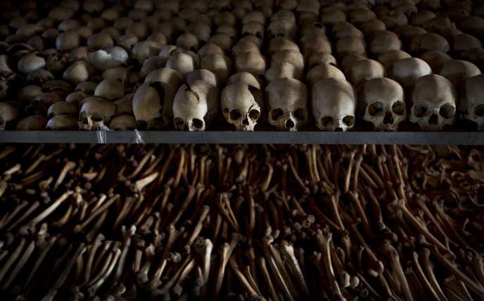 Dans l'église du village de Ntarama, où plusieurs milliers de personnes réfugiées ont été massacrées en 1994.