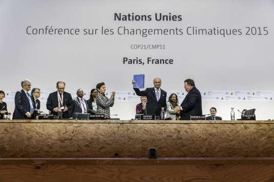 Le projet d'accord de Paris est présenté par Laurent Fabius lors de la COP21 au Bourget le 5 décembre.