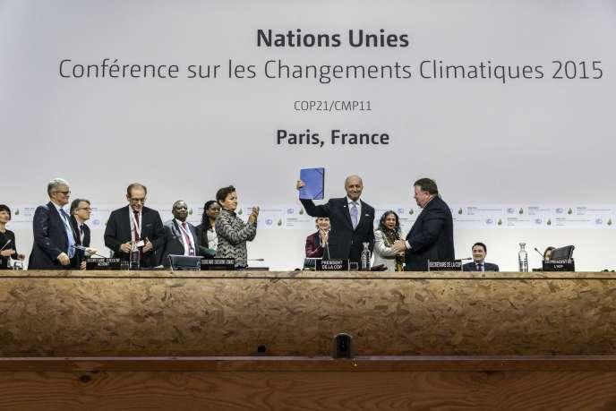 Laurent Fabius avec l'avant-dernière version du projet d'accord, le 10 décembre au Bourget, lors de la COP21.