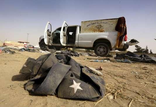 Un véhicule abandonné de l'armée irakienne, près de Mossoul.