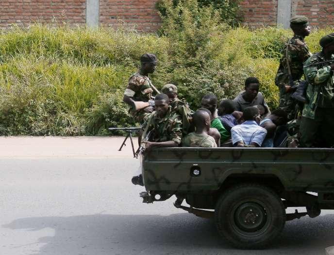 Un véhicule militaire transportant des hommes menottés, dans le quartier de Musaga, à Bujumbura (Burundi), le 11 décembre.