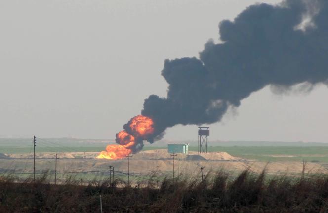 Un gisement pétrolier en feu à 25 kilomètres de la ville de Kirkouk, au nord de l'Irak, le 2 février 2015, quelques jours après que les combattants kurdes et les forces irakiennes aient repris la zone au groupe Etat islamique.