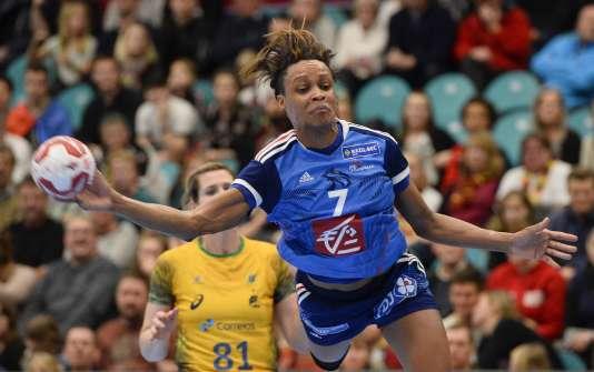 La Bleue Allison Pineau marque lors du match perdu, de peu (21-20), contre le Brésil le 11 décembre.