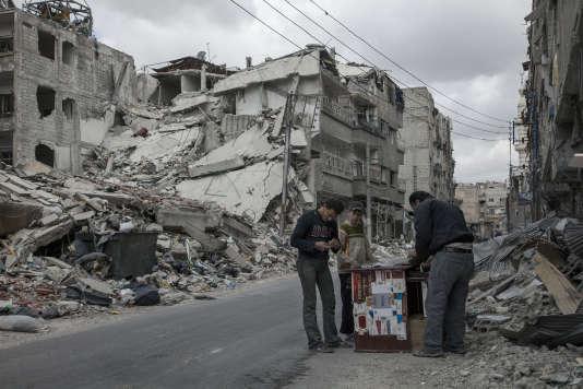 Photo prise à Zamalka, dans la banlieue de Damas, le 9 Avril 2013. La plupart des habitants fuyaient alors cette région de Damas à cause des lourds bombardements de l'armée syrienne.