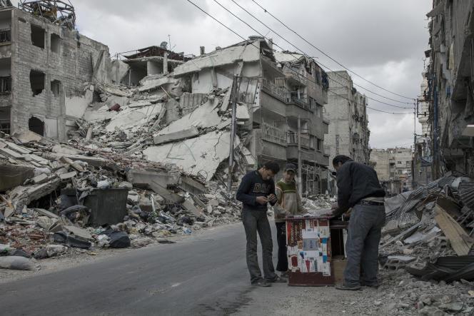Zamalka, Damas, Syrie, 9 Avril 2013.  La plupart des habitants fuient cette région de Damas à cause des lourds bombardements de l'armée syrienne. Peu d'entre eux n'ont pu fuir. Cet homme vend des cigarettes sur la rue principale de Zamalka pour survivre.  Photo Laurent Van der Stockt