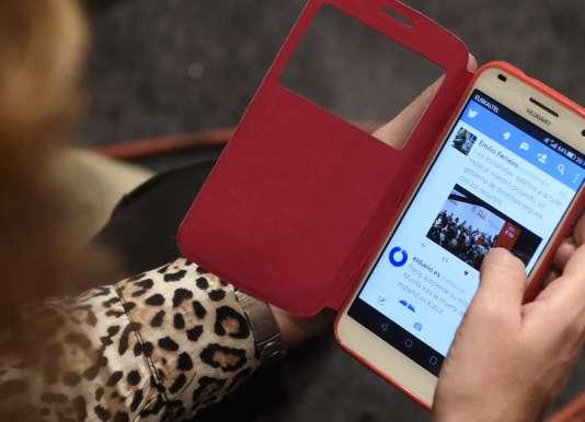 Une femme consulte Twitter depuis son mobile à Barakaldo en Espagne, le 11 décembre 2015.