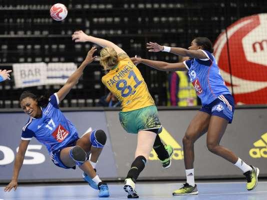 Battues dans la dernière seconde par les Brésiliennes, le 11 décembre, les Françaises, ici Siraba Dembélé, à gauche, et Gnonsiane Niombla, rencontrent la sélection espagnole le 14 décembre, en huitièmes de finale du Mondial.