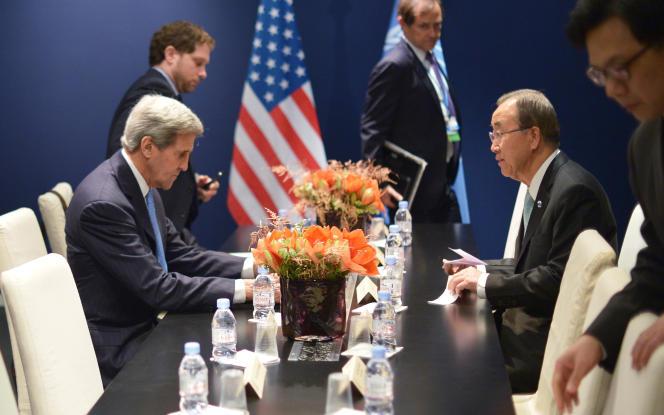 John Kerry, en discussion avec le secrétaire général des Nations unies, Ban Ki-moon, pendant la COP21 le 11 décembre 2015
