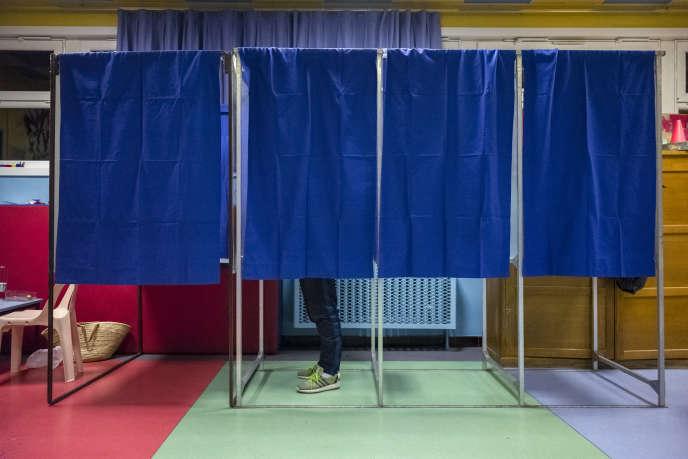 Dans un bureau de vote à Lille le 6 décembre 2015.