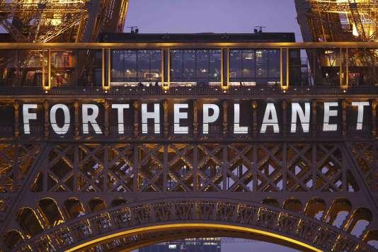 Le slogan « Pour la planète» sur la tour Eiffel lors de la COP21, à Paris, en décembre 2015.
