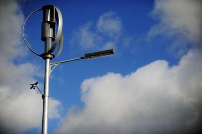 La priorité est à donner à des projets locaux de production décentralisée sur les territoires, qui participent au développement économique et à la cohésion sociale, permettant au passage une réappropriation citoyenne des questions énergétiques. (Photo: réverbère fonctionnant avec une éolienne à Carhaix (Bretagne) en 2009).