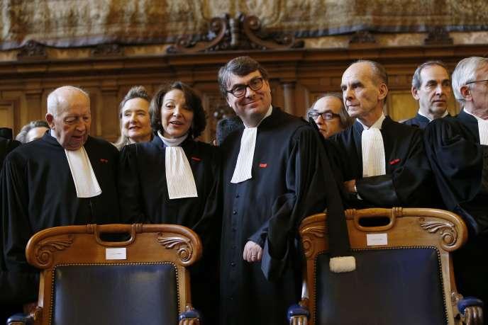 Le bâtonnier de Paris Frédéric Sicard (au centre), en décembre 2015, au palais de justice de Paris.