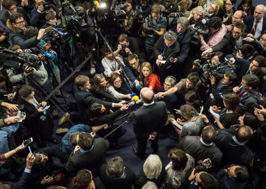 Point avec la presse de Laurent Fabius dans la soirée du vendredi 11 décembre 2015.