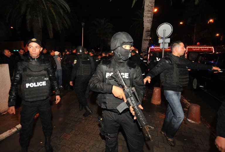 Des policiers tunisiens déployés devant le palais présidentiel le 24 novembre 2015.