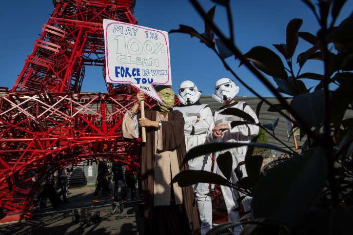 Manifestation organisée par l'ONG Avaaz au Bourget, pendant la COP21, le 9décembre.
