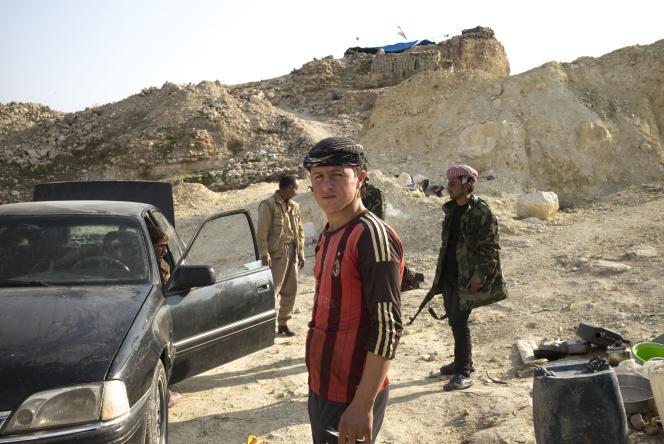 Un jeune homme Yezidis qui a rejoint les combattants kurdes Peshmerga et du PKK pour reprendre la ville de Sinjar . Irak, Le 27 novembre.