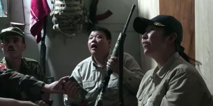 Zhang Xinyu et son épouse Liang Hong parmi les combattants kurdes. Capture d'écran de leur émission diffusée sur le site vidéo Youku.