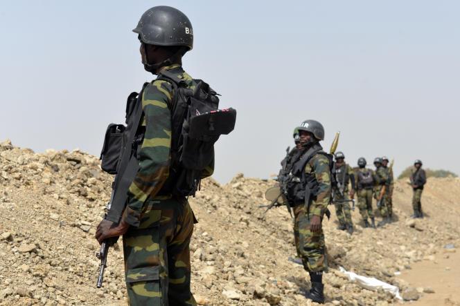 Des soldats camerounais patrouillent à Fotokol, à la frontière avec le Nigeria, enfévrier2015.