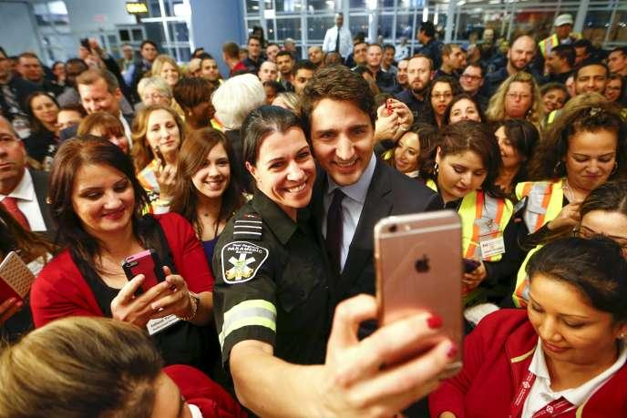 « Le Canada est l'un des pays du monde qui accueille le plus d'immigrés: 296000résidents permanents ont ainsi été acceptés en 2016, soit environ 1 % de la population du pays. » (Photo: le premier ministre canadien Justin Trudeau en 2015 à l'aéroport de Toronto, attendant l'arrivée de réfugiés syriens.)