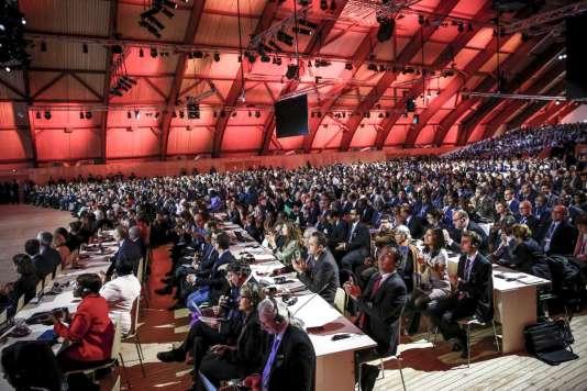 La salle de plénière bondée pour la présentation du texte d'accord, samedi 12 décembre, au Bourget, à la fin de la COP21.