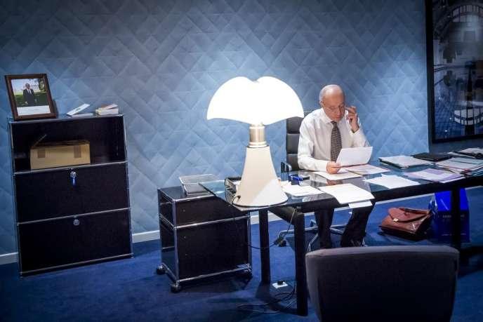 Laurent Fabius, le président de la COP21, dans son bureau du Bourget, samedi 12 décembre au matin.