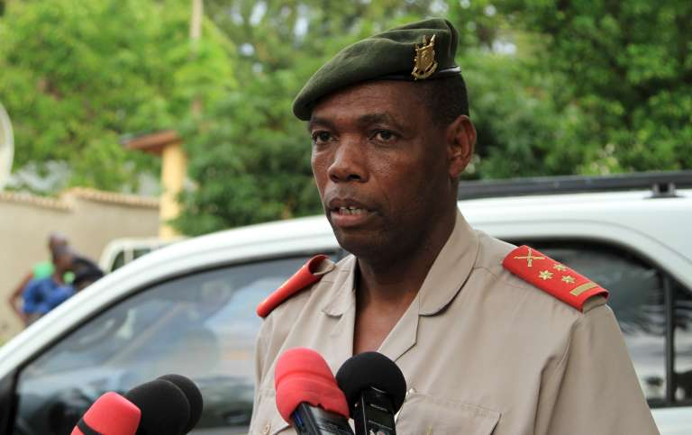 """Le controversé colonel burundais Gaspard Baratuza, pressenti pour être le nouveau porte-parole de la Minusca en Centrafrique. Il s'adresse ici aux journalistes après la découverte d'une """"cache d'armes"""" à Bujumbura, le 12 décembre 2015."""
