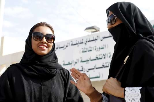 Devant un bureau de vote à Riyad.