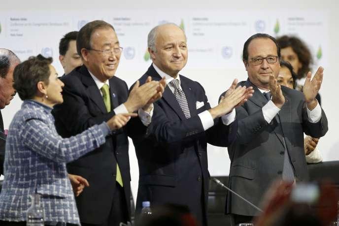 De gauche à droite, Christiana Figueres, secrétaire exécutive de la convention cadre des Nations unies sur les changements climatiques, Ban Ki-moon, secrétaire général des Nations unies, Laurent Fabius, ministre des affaires étrangères, et François Hollande, le président français, lors de la clôture de la COP21 auBourget, le12 décembre 2015.