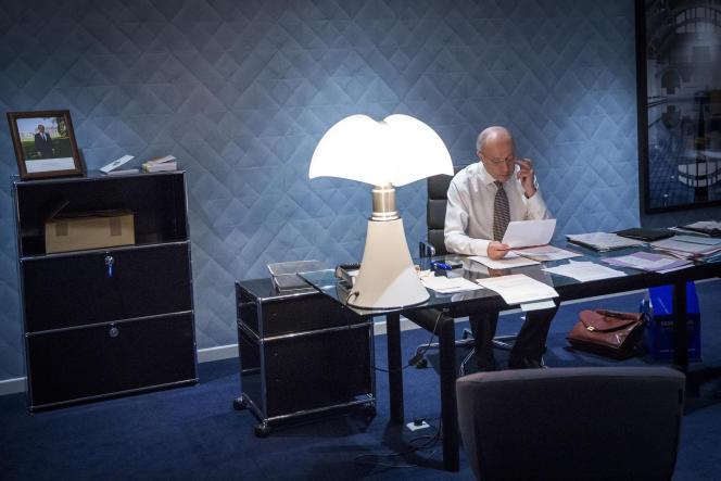 Le  Bourget, samedi 12 décembre, 8h58 : Laurent Fabius relit la dernière mouture du texte d'accord.