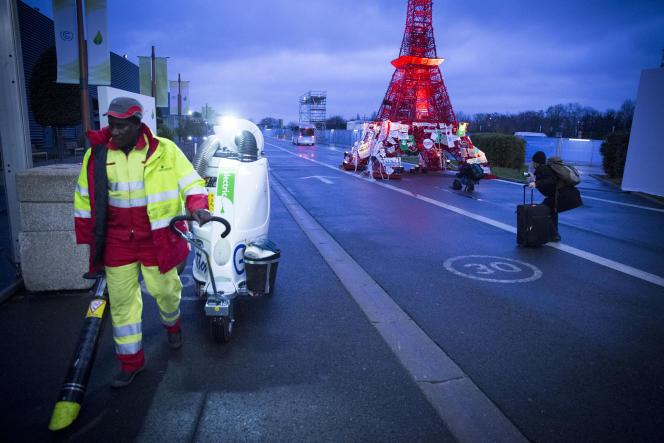 Sur le site de la COP21, au Bourget, le 12 décembre au matin.
