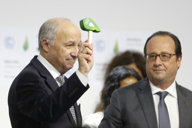 Le président François Hollande et Laurent Fabius, alors président de la COP 21 et ministre des affaires étrangères, le 12 décembre 2015, à la conclusion de l'accord de Paris sur le climat, au Bourget.