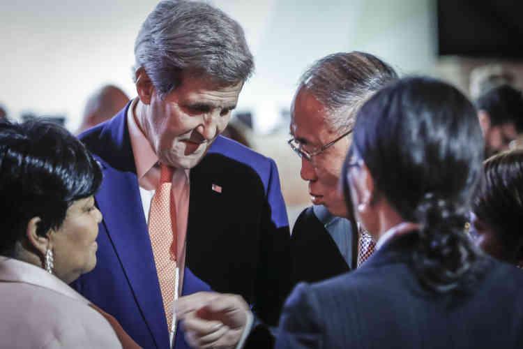 Le Secrétaire d'Etat américain, John Kerry discute avec Xie Zhenhua, négociateur en chef chinois lors  de l'annonce de l'accord final .