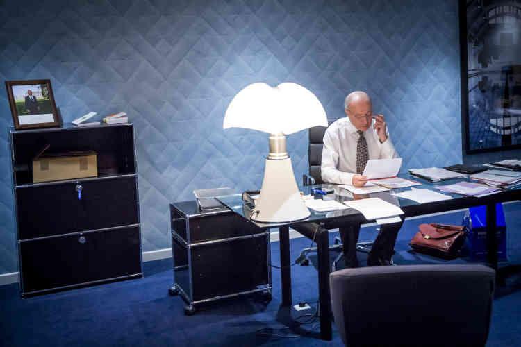 Laurent Fabius relit le texte de l'accord final dans son bureau de la Cop21.