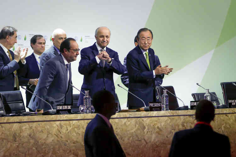 Samedi 12 Décembre. Laurent Fabius présente  le projet d'accord universel pour lutter contre le dérèglement climatique, en présence du président François Hollande et du secrétaire général des Nations unies, Ban Ki-moon.