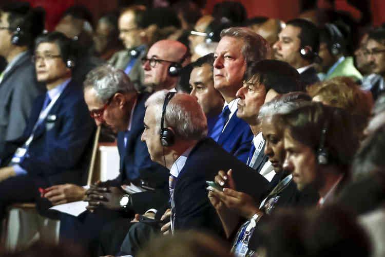 Al Gore et Nicolas Hulot asssitent à l'annonce  du projet de l'accord qui a été finalisé à l'aube du samedi 12 Décembre.