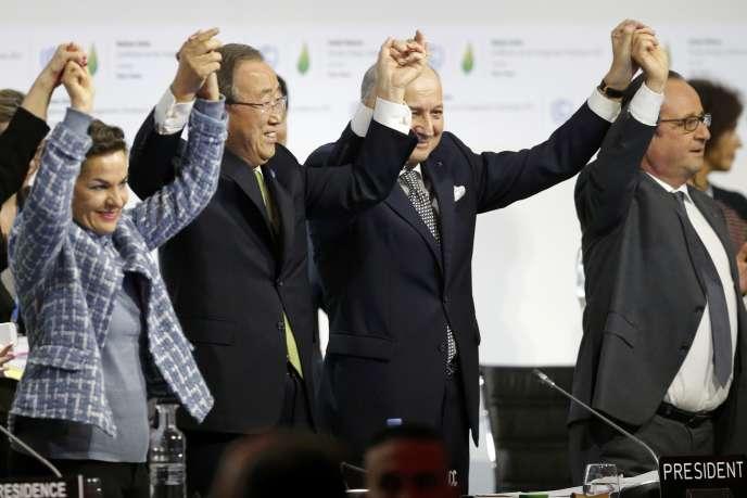 « Il n'y a aura pas de réussite contre le dérèglement climatique si la finance ne change pas. C'est tout le sens de l'article 2 C de l'accord de Paris de décembre qui engage à rendre « (…) les flux financiers compatibles avec un profil d'évolution vers un développement à faible émission de gaz à effet de serre et résilient aux changements climatiques »(Photo: COP21 au Bourget, le 22 décembre 2015).