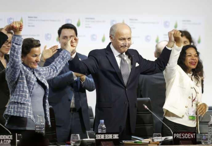 Le ministre des affaires étrangères Laurent Fabius (au centre) , président désigné de COP21 , et Christiana Figueres (à gauche) , secrétaire exécutif de la Convention-cadre des Nations unies sur les changements climatiques, lors de la dernière séance plénière à la Conférence mondiale sur les changements climatiques 2015 (COP21 ) au Bourget (Seine-Saint-Denis), le 12 Décembre 2015.