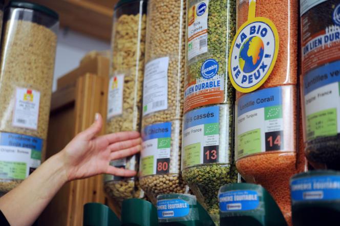 Des céréales en vrac dans un magasin biocoop en mai 2012.