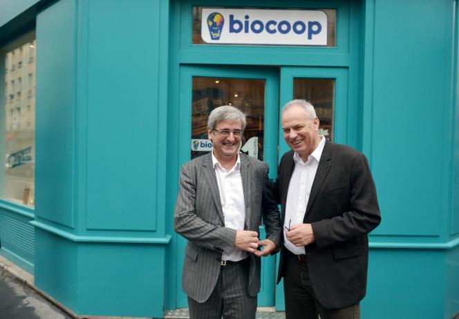 Claude Gruffat, président de Biocoop et Gilles Piquet-Pellorce, directeur général, devant le nouveau modèle 100% vrac de magasin Biocoop, ouvert à Paris le 3 novembre 2015.