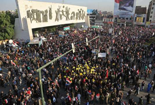 Le 12 décembre, à Bagdad, des membres de milices chiites irakiennes manifestent contre la présence militaire turque près de Mossoul, dans le nord de l'Irak.