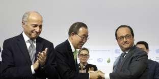 Laurent Fabius, Ban ki-Moon et François Hollande à la fin de la COP21 au Bourget.