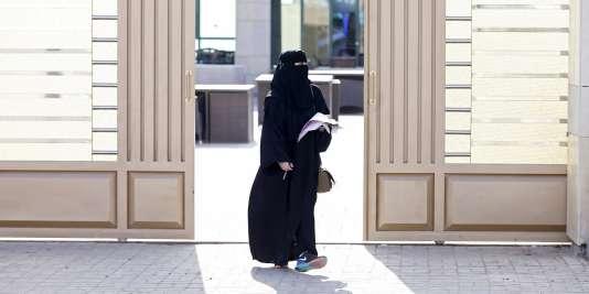 Devant un bureau de vote à Riyad (Arabie saoudite), le 12 décembre 2015.