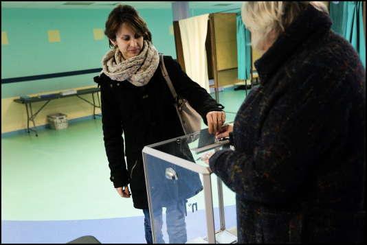 A l'ouverture du bureau de vote Jean-Jacques-Rousseau, à Hénin-Beaumont, le 13 décembre 2015.