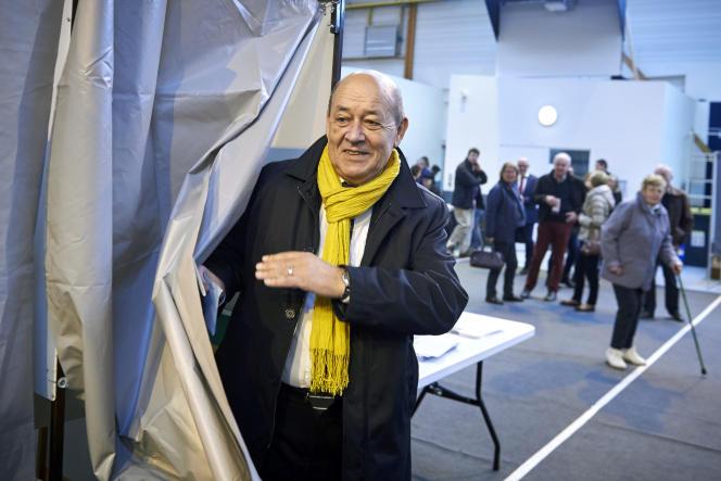 Jean-Yves Le Drian au bureau de vote de Guidel, dans le Morbihan, le 13 décembre.