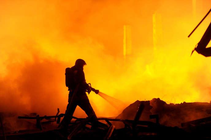 Selon des médias russes, le feu aurait été provoqué par un court-circuit dû aux installations électriques vétustes.