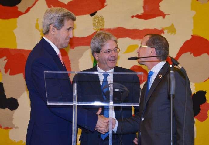 Le secrétaire d'Etat américain John Kerry (à gauche), avec son homologue italien, Paolo Gentiloni (au centre) et l'envoyé spécial des Nations unies pour la Libye, Martin Kobler, à Rome, le 13 décembre.