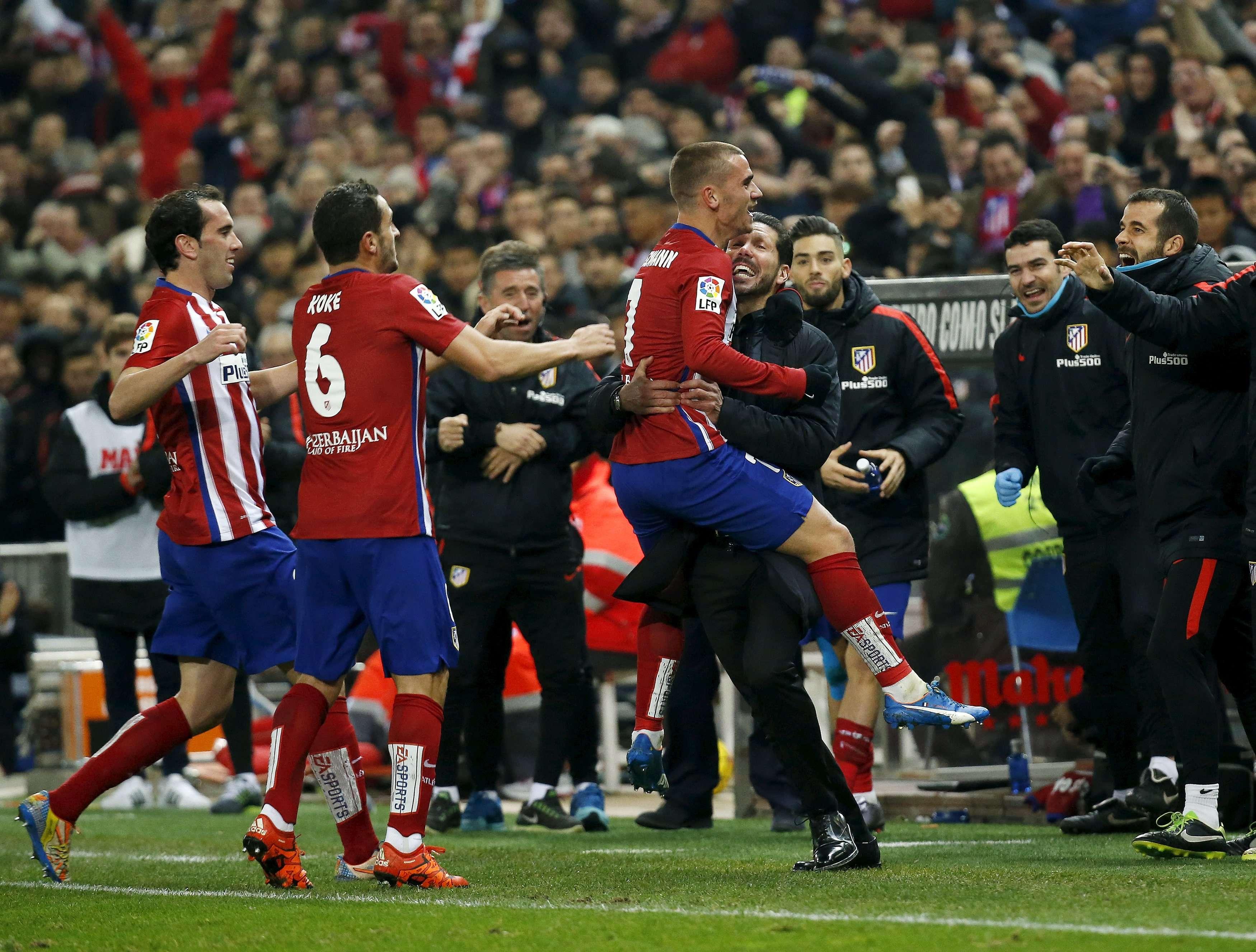 L'Atletico Madrid, 2e avec 35 points, a profité du match nul du Barça pour revenir à hauteur des Barcelonais. Les Madrilènes l'ont emporté 2-1 face à Bilbao grâce à des buts de Niguez et Griezmann.